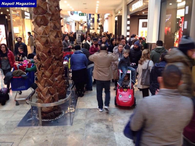 SALDI - Napoli, grande folla al Centro Commerciale Campania